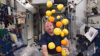 شاهد كيف يستحم و يأكل و يقضي حاجته رائد الفضاء