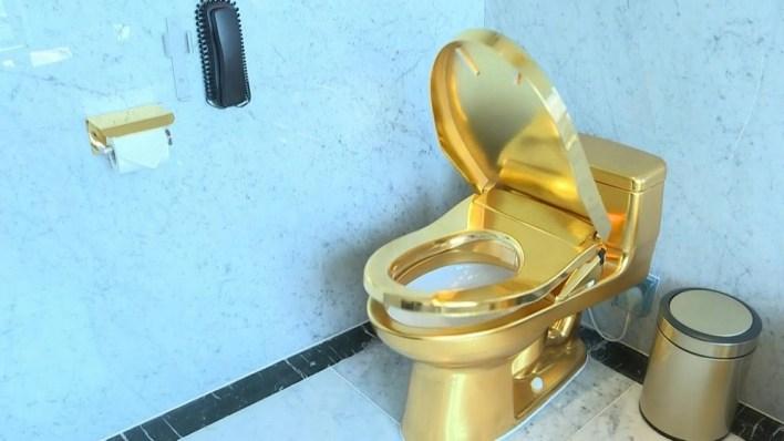 حتى الحمامات مغطاة بالذهب في هذا الفندق