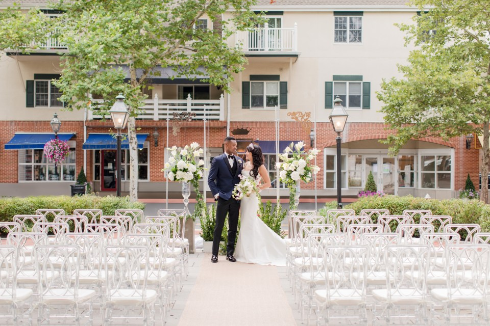 Nassau inn wedding photos, outdoor wedding ceremony, lucite chairs for wedding ceremony, Princeton NJ weddings, NJ wedding photographer