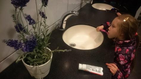 mycie zębów na lotnisku