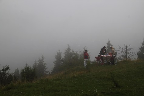 grill lokalsów we mgle