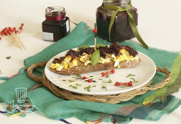 tapa de mermelada de cebolla sobre tortilla