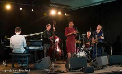 Antwerpen, 14 augustus 2016. Tijdens het jaarlijkse Jazz Middelheim Festival treedt Tutu Puoane op. Ze speelt met een groot aantal bekende Nederlandse jazzartiesten.