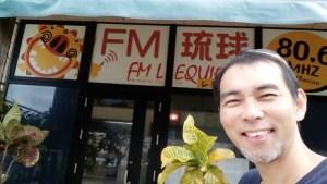 FMレキオ(80.6MHz)のスタジオ前での一枚。