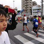 NAHAマラソンを真剣なまなざしで見つめる次男坊。