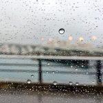 泊大橋と雨