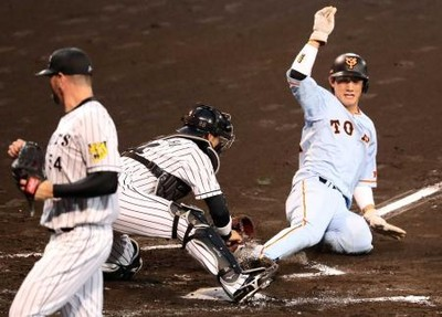 Tigers catcher Haraguchi was ruled to have been blocking the base line here. The only thing that was in runner Seiji Kobayashi's path was a glove with the ball in it.