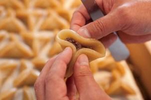 一つひとつ餡をゆべしの生地で手包みする「手包み生ゆべし」は、かんのや本店文助で限定販売されている 手間暇を惜しまないその丁寧な製法が伝統の味を支えている