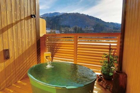 陶器の湯舟を配した貸切風呂「星雲の湯」。