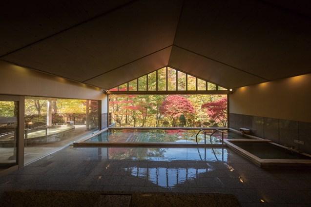 美しい台川の景観を眺めながらの湯浴みが愉しめる自然に包まれた大浴場とろとろの湯には、檜の露天風呂も備えられる