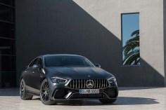 モータースポーツにおける豊かな経験と、隅々にまで完璧を求める情熱 そのすべてを注いで創り上げた、AMGパラメーターステアリング、4MATIC+がもたらすシャープなハンドリングと、アクセルワークに瞬時に反応するパワフルなエンジンが圧巻 「GT 4-Door Coupe」は、日常を究極へと変えるAMG独自開発初となるGT4ドアクーペだ Mercedes-AMG GT 63 S 4MATIC+ 車両本体価格 23,970,000円(消費税込)