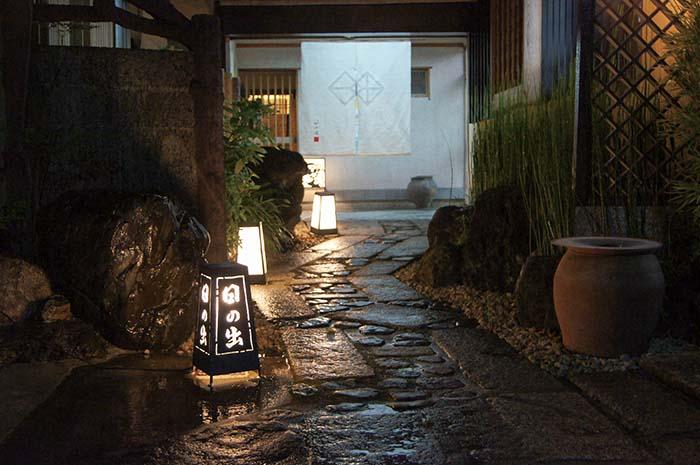 創業時、大正12年から引き継いできた伝統と雰囲気をそのままに活かした落ち着きある日本家屋が趣を醸し出す
