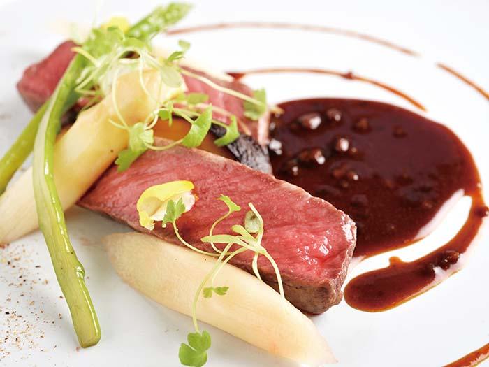 特産松阪牛に、干しブドウから醸される極上の赤ワイン「ペドロ・ヒメネス」を使ったソースを添えた一皿 ステーキやすき焼きで召し上がる松阪牛とはまた違った魅力を引き出す、シェフの腕が冴える一皿だ