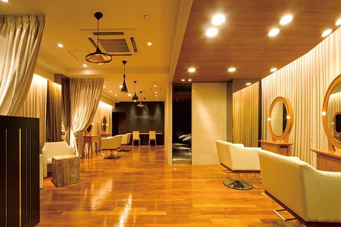 サロンは『designground55』を主宰する隈元誠司氏の手によるもので、床材、壁材、照明など細部にまでこだわっている。ペンダントライトは日本初導入となる英国トムディクソンのビートシリーズを採用。アメリカから取り寄せたローズウッドのフローリングなど、ハイエンドな空間が用意されている