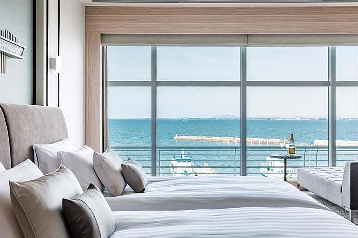 """""""Local Experience with Fabulous View""""がコンセプトのプレミア・ラグジュアリーフロア「Vista(ビスタ)」 寝室と浴室が一体化した「エアリーバス」(ビューバス)を導入し、湖国の迎賓館として育まれた〈琵琶湖ホテル〉の最上級フロアの名にふさわしいサービスでもてなしてくれる"""