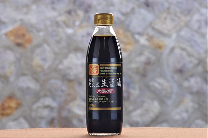 """もろみを搾った後に、火入れをしない""""なま""""の醤油なので、""""生きている醤油もろみ""""の搾りたての美味しさを味わえる。自然塩のまろやかさと、新鮮な醤油の香りが特徴。「生醤油」と書いて""""きじょうゆ""""とも""""なましょうゆ""""とも読めるが、2つは別物。 「国産丸大豆生(なま)醤油」 500㎖ 864円(税込)"""