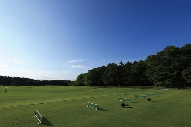 桂ゴルフ倶楽部に隣接する「桂ゴルフガーデン」は、ネットや支柱のない森の中の練習場。本コースさながらの練習をどなたも気軽にお愉しみいただける。また、ショートコース3ホール、バンカー練習場も併設されている