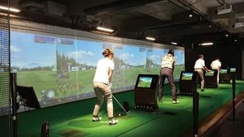 プレー前の準備運動に。アフターの反省やプレーオフ対決で遊べる5打席のシミュレーションゴルフ。様々なモードを備え、用途に沿って活用いただける