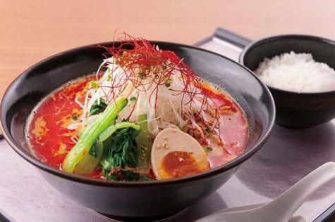 クラブオリジナルの「白胡麻担々麺」は、濃厚で白胡麻の風味香る絶品ラーメンだ。辛さの中にまろやかさも秘めたスープはライスとの相性も抜群