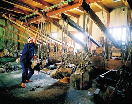 現在も使われている「押し舟」。さとうきびの結晶を細かくする「研ぎ」の作業と、「押し舟」にかけることで「糖蜜」を抜いてゆく。「押し舟」は重要有形民俗文化財として指定されている