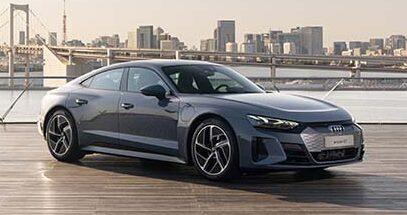 写真は、「e-tron GT quattro」だ。時代の先端を行くテクノロジーと、感性を刺激するエモーショナルなデザインを両立したAudiの理想を体現する電気自動車のフラッグシップモデル「e-tron GT」は、上品さ、スポーティネス、快適性、そのすべてを完璧なバランスで調和したエモーショナルなデザインとパワフルな電気駆動システムを備えた4ドアクーペ。長距離を高速かつ快適に走り抜ける動力性能と操縦性を宿すグランツーリスモというコンセプトを、現代に再定義した進化を象徴する一台だ  車両本体価格 e-tron GT:13,990,000円