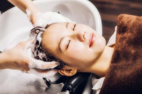 フルフラットのシャンプー台でのスパは、極上のリラクゼーション。5種類のアロマから香りをお選びいただき、凝り固まった頭皮をしっかりマッサージ。心までほぐされる癒しのひと時を