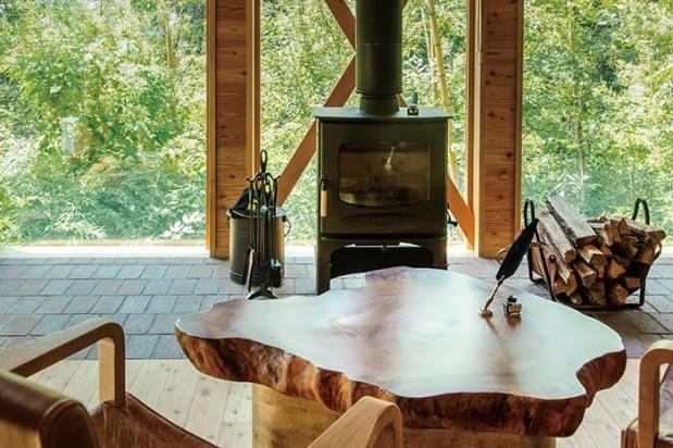 暖炉と温泉が付帯する80平米の「露天温泉スイート」が4タイプ。客室のインテリアにも趣向を凝らし、暖炉のある空間で緑を眺めながらゆったりとお過ごしいただける。2名様のみのご利用となるのでご夫婦やカップルにおすすめ
