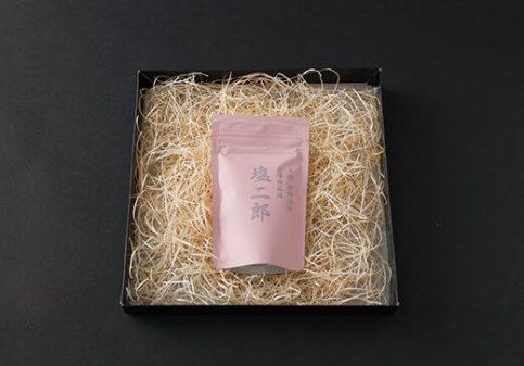 「塩二郎(ピンク)」は、本場・高知のカツオのたたきに合うように仕上げた塩だが、焼肉の名店からのオーダーも多く、魚、牛肉、おにぎりに合う塩として一流シェフが認める逸品である 「塩二郎(ピンク)」 100g 4,600円(税込)