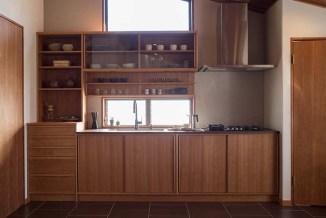 キッチン下の空間を有効活用するため、さまざまな引き出しが設えられている。フルオーダーの際にはご要望に応じた内容で造作することが可能