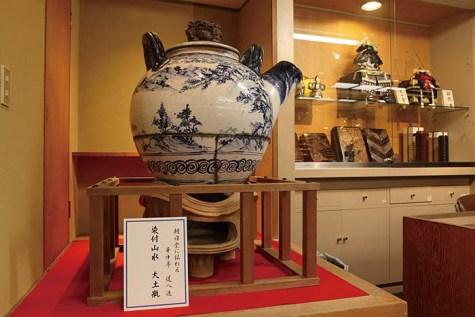 こちらの大土瓶は朝日堂に代々伝わる貴重なもの。一見の価値がある名品が多数展示されている/2階陶芸サロン