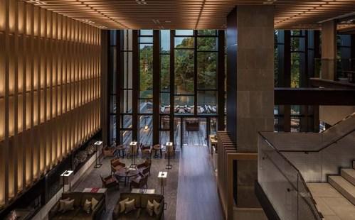 高さ9mもの高さから積翠園をのぞむレストラン「ブラッスリー」はテラスも併設