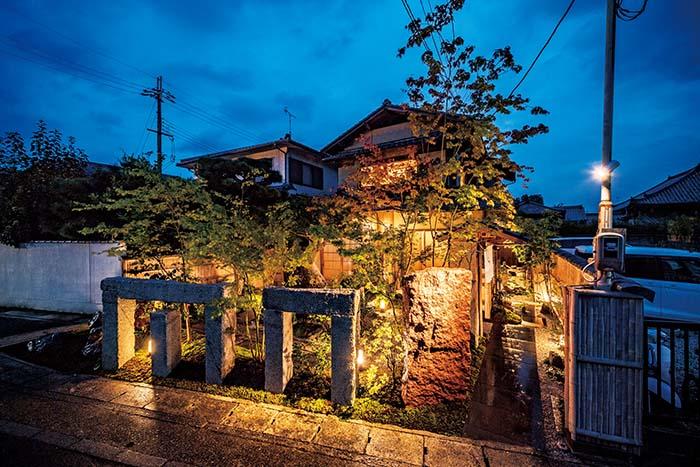 京福嵐山本線「嵐山駅」の東出口から徒歩1分ほど。観光名所としても知られる嵐山の渡月橋からほど近い、まさに京都ならではのロケーションだ。閑静な住宅街の一角にあり、夕刻からはライトアップされた庭が美しい
