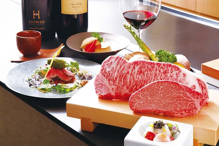 美しい肉色と細やかなサシ。写真からもその美味しさが伝わってくる。モーリヤの目利きでしっかりと選び抜かれたお肉を、特別なコース料理と共に味わえる「アニバーサリープラン」をはじめ、その時々のシーンに合わせて豊富なメニューの中からお選びを。コースは一部事前予約が必要なのでウェブでご確認いただきたい