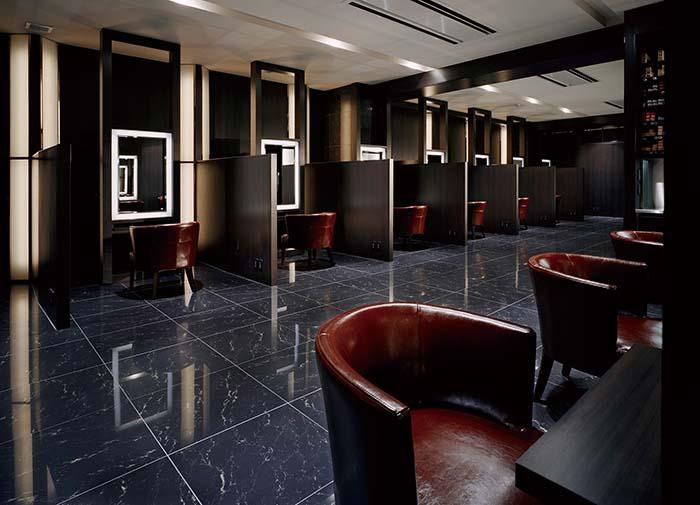 黒大理石の床にウォールナットの壁等、ラグジュアリーなホテルのようなインテリアでまとめられた「Eternita」。すべてのブースは壁を設け寛ぎを重視したセミプライベート仕様となっている