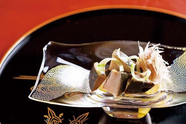 丁寧な仕事によって炊き上げる「鮑柔煮」は、鮑の美味しさが口の中で広がる