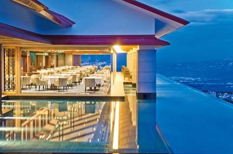 妙高山の中腹、標高1000メートルの地に昭和12(1937)年創業の「赤倉観光ホテル」。ホテルオークラの祖である当時の大倉財閥によって上高地帝国ホテル、川奈ホテルに続いて建てられたもので、高原リゾートホテルの草分け的存在として、その名を歴史に刻む存在だ。皇族をはじめ国内外の貴賓や要人を迎えてきた伝統と格式を守りつつ、2008年には本館を全面リニューアル。翌年には「SPA&SUITE」、2016年に「プレミアム棟」が堂々オープンする等時代に合わせた快適性も常にアップデートされている。妙高山の中腹より自然噴出する「赤倉温泉」が湯舟を満たす絶景露天風呂でラウンドの疲れを癒してほしい