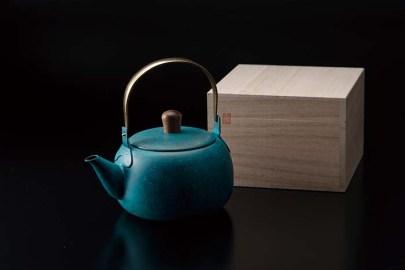 急須の本体とストレーナーは18-8ステンレス、つまみは天然木、ハンドルは真鍮。燕市の金属加工の技術を結集した製品は、使いやすさと美しさが共存する逸品。お揃いの色で茶筒や茶さじのご用意もある。 急須24,200円 茶筒19,800円 茶さじ2,750円