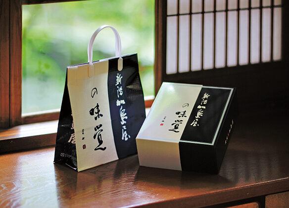 贈答品用として、しっかりとした上質な紙箱や手提げ袋、メッセージカード等も万全。手提げ袋もワンランク上のものが用意され、ご自身の手で届けたい際等、必要な数だけ同梱してくれるのも嬉しい