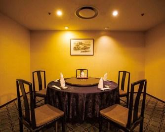 他のお客様を気にせずに、ゆったりと食事を愉しめる個室は4部屋。最大12名まで、シーンに合わせてご利用いただける