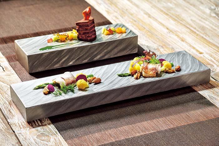 特許出願のステンレス製保温・保冷プレート「Temperature Control Plate」。たとえば刺身は冷たいまま。ソテーした肉は温かいまま、適温で最後まで美味しく召し上がっていただくことを可能とする画期的な構造のプレートだ。厚みや形状等様々なバリエーションがある