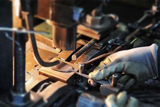 金属洋食器を製造して110年。日本製にこだわり、今でも職人が1つずつ、つくり上げている