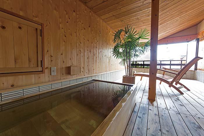 妙高山麓の桜をイメージした、半露天風呂付き客室「桜」。 木の温もり溢れる和モダンの寛げる空間で、ロフトのテラスからは美景が一望できる