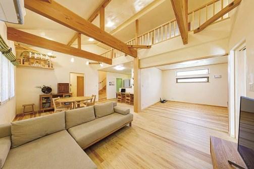 太い現しの梁をアクセントに、杉の床、漆喰の壁と天井で、清々しい空気に満ちるリビングルーム。生活動線が便利な平屋をベースに、多目的に使える広いロフト(写真右上部)を備えている