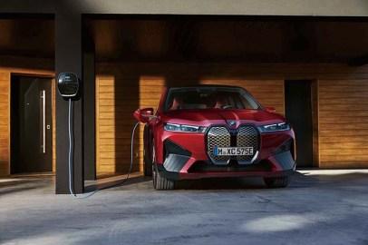 iX 効率に優れたBMW eDriveテクノロジーとe-AWDシステムを搭載した「BMW iX」は、各段に長い航続可能距離と感動に値するほどの加速性能を実現。コックピットではインテリジェントなBMWオペレーティング・システム8によって極めて先進的かつ直感的な操作が可能だ