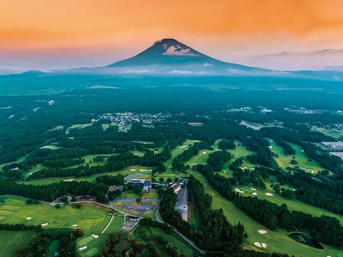 写真は新しく生まれ変わったコース全景。借景が富士という贅沢さを備えた別天地に、世界的な水準を持つトーナメントコースがプレイヤーを迎える。コース設計、景観ともに日本を代表するコースとして、国内外から注目を集めるコースだ