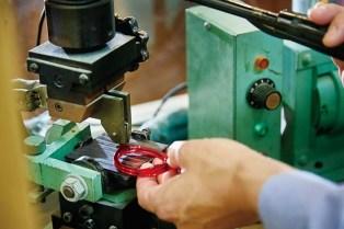 店内にある工房の様子。専門の職人が一つひとつ丁寧にフレームの製作や修理などを行う