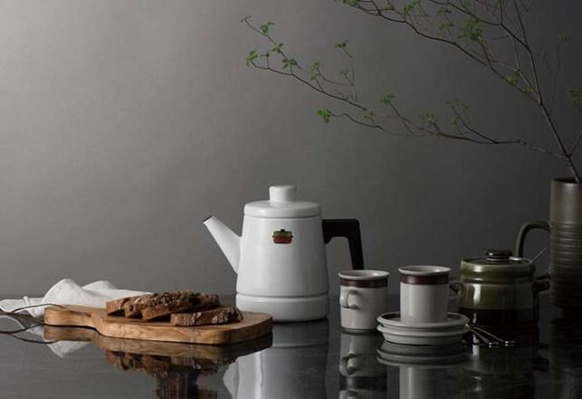 写真は「ソリッド」シリーズの1.6ℓコーヒーケトル。無駄をそぎ落とした洗練されたデザインは、テーブルに置いてもサマになり、食のシーンを一層美しく演出してくれる