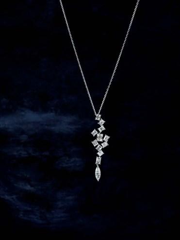 世界一美しいラザールダイヤモンドの中でも特に七色に強く光り輝く石のみを厳選している。一度見たら忘れられない輝きに、メディア取材も絶えない