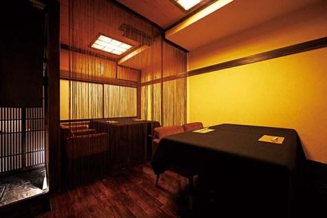 古き良き日本の町屋のような趣きの空間。半個室のテーブル席は御簾で区切られており、大切な人と過ごすプライベートな時間を邪魔しないよう配慮されている