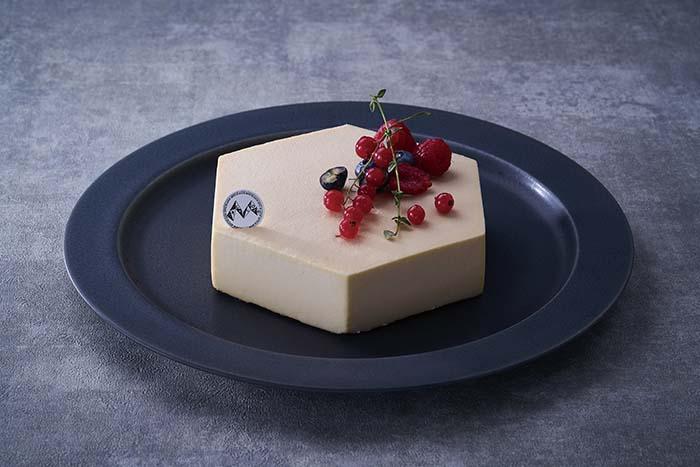 〈モンサンクレール〉のスペシャリテ「セラヴィ」は、外すことのできない代表作。1996年「ソペクサ主催 仏食材を使ったプロの為の仏菓子コンクール」優勝作品で、甘くミルキーなショコラブランのムースの中に、ショコラフランボワーズムースの酸味、深くローストしたピスタチオの生地でうまみが付加されている。ケーキのシルエットはフランス本土をイメージさせる六角形。日本人であると共にフランス菓子を愛するパティシエであるというメッセージが込められている